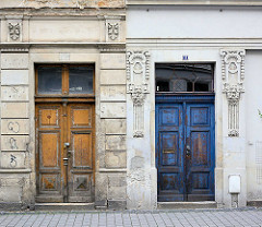 Hauseingänge, Wohngebäude mit Holztüren - Jugendstildekor; Architekturbilder aus Görlitz.