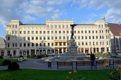 Spätklassizistisches Gebäude / Hotel am Postplatz in Görlitz, Architekt Eduard Schulze - im Vordergrund die Brunnenanlage Muschelminna, Architekt Robert Toberentz - erbaut 1887.