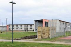Justizvollzugsanstalt Hamburg Billwerder - Gefängnisblock und Sichtschutz aus Holz.