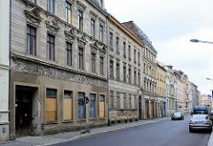 Unrestaurierte, leerstehende Wohnhäuser mit Gewerberaum und vernagelten Fenstern - Gründerzeitarchitektur in Görlitz.