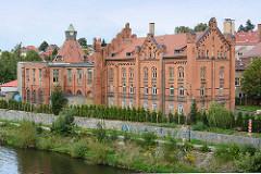 Historische Industriearchitektur - Ziegelgebäude am Ufer der Neisse in Zgorzelec.