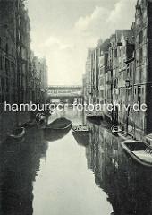 Historisches Foto vom Herrengrabenfleet in der Hamburger Neustadt - alte Speicher am Kanal, Schuten und eine Barkasse auf dem Fleet beim Stubbenhuk; im Hintergrund das Hochbahnviadukt am Baumwall.