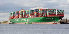Bagger und Schlepper versuchen das auf Grund gefahrene Containerschiff CSCL Indian Ocean aus der misslichen Lage zu befreien.