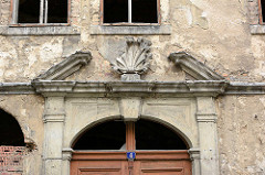 Altes verfallenes Mietshaus in Görlitz; abbröckelnder Putz - abgefallenes Stuckdekor über dem Eingang.
