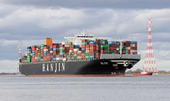 Der Containerfrachter Hanjin Asia fährt auf der Elbe bei Stade Richtung Hamburger Hafen.