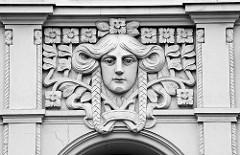 Jugendstilfassade - Stuckdekor, Frauenkopf und Blüten - Hausfassade in Görlitz.