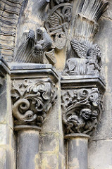 Figürlicher Schmuck / Arabesken am Eingang der St. Peter und Paul Kirche in Görltiz.