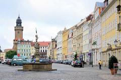 Historische Altstadt in Görlitz - Georgsbrunnen am Obermarkt; im Hintergrund der Reichenbacher Turm, mit 49 Metern der höchste der drei erhaltenen Wach- und Wehrtürme von der Görlitzer Stadtbefestigung.