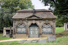 Grufthaus / Familiengrab auf dem historischer Nikolaikirchhof in Görlitz.  Aufgrund seines reichen Grabmal- und Epitaphenbestandes vom frühen 17. bis in die Mitte des 19. Jahrhunderts sowie der Grufthäuser des 17. und 18. Jahrhunderts ist der Görlitz