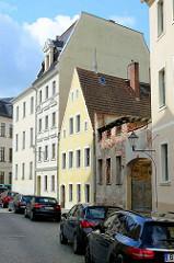 Wohnstrasse - Wohnhäuser mit unterschiedlichen Bauformen, parkende Autos - Hausfassaden in Görlitz.