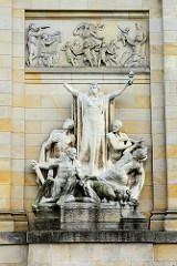 Figurengruppen Krieg und Frieden an der Fassade der Oberlausitzer Gedenkhalle in Zgorzelec / Görlitz; Bildhauer Hugo Lederer.