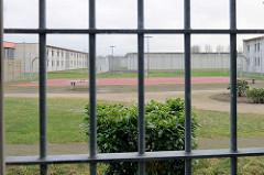 Vergittertes Zellenfenster - Blick ins Grüne; Frauengefängnis / Frauenabteilung JVA Hamburg Billwerder.