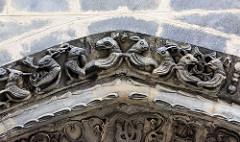 Figürlicher Schmuck, Tiergestalten - Tiere / Arabesken am Eingang der St. Peter und Paul Kirche in Görltiz.