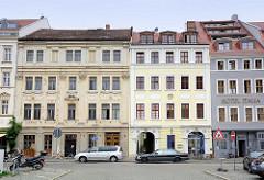 Historische Bausubstanz in der Altstadt von Görlitz - Brüderstrasse; restauriertes Gebäude und renovierungsbedürftiges Mietshaus.