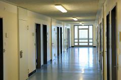 Gefängnisflur mit Zellentüren - Frauengefängnis / Frauenabteilung Gefängnis / JVA Hamburg Billwerder.