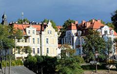 Restaurierte Gründerzeit Villen am Ufer der Neisse in Zgorzelec - dunkler Gewitterhimmel.