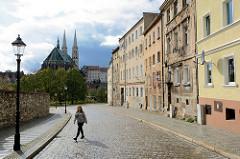 Wohnhäuser und Kopfsteinpflaster in Zgorzelec - am anderen Ufer der Neisse die evangelische Pfarrkirche St. Peter und Paul.