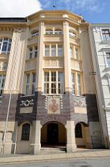 Eingang mit Görlitz Wappen der Städtischen Volksbücherei und Lesehalle - 1907 eröffnet; Jugendstilarchitektur nach den Entwürfen der Stadtbaudirektoren Hagedorn und Rieß.