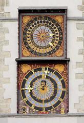 Uhren am Rathausturm von Görlitz - die obere Uhr ist eine Mondphasenuhr - Teil eines Lunarkalenders; ein goldener Löwe liess bei Neumond mit Hilfe eines Orgelwerks ein kräftiges Brüllen ertönen.