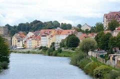 Wohnhäuser am Ufer der Neisse in Zgorzelec.