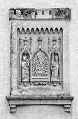 Sandsteinrelief am Dicken Turm / Frauenturm - Künstler Briccius Gauske am Turm stellt dieses Wappen zusammen mit den zwei Figuren Maria und Barbara dar.