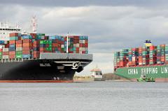 Der Continerfrachter Hanjin Asia auf der Elbe bei Stade - dahinter die havarierte CSCL Indian Ocean.