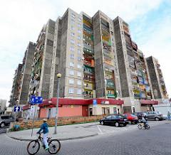 Plattenbau - Hochhaus mit Balkons in Zgorzelec / Polen - Kinder auf Fahrrädern.