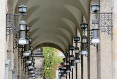 Lampen / Jugendstillampen Säulengang vom Warenhaus Görlitz - Jugendstilarchitektur; Gesamtnutzfläche von ca. 10 000 Quadratmetern; eröffnet 1913 - Architekt Carl Schmanns, eine Wiedereröffnung ist geplant.