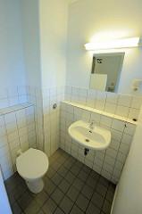 Nasszelle / Toilette und Waschbecken, Spiegel - Zelle im Frauengefängnis Hamburg Billwerder.