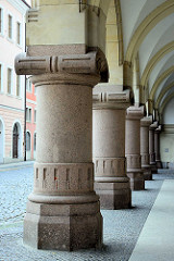 Säulen vom Neuen Rathaus in Görlitz - das Rathausgebäude wurde 1903 im Baustil der Neorenaissance fertig gestellt, Architekt Jügen Kröger.
