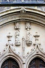 Relief am Westportal der Frauenkirche in Görltiz -  Die rechte Skulptur zeigt Maria, am Betpult kniend, und die linke den Erzengel Gabriel, der ihr die Botschaft ihrer Gottesmutterschaft überbringt.