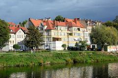 Mehrstöckige Wohnhäuser / Uferpromenade an der Neiße in Zgorzelec.