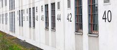 Vergitterte Zellenfenster - nummerierte Fenster vom Frauengefängnis in Hamburg Billwerder.