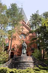 Lutherkirche mit Martin Luther Denkmal in Görlitz; geweiht 1901, Architekten Arno Eugen Fritsche und Adolf Cornehls.