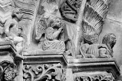 Figürlicher Schmuck, Engel - Flügelwesen / Arabesken am Eingang der St. Peter und Paul Kirche in Görltiz.