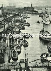 Blick auf den Jonashafen an der Elbe an den Vorsetzen / Baumwall in der Hamburger Neustadt. Schlepper und Schuten an den Rheinschuppen - im Hintergrund der Kaiserspeicher mit dem Zeitball und das Gaswerk am Großen Grasbrook.
