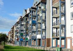 Renovierte Plattenbauten mit vorgesetzten Balkons - Zgorzelec / Neisse.