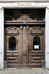 Aufwändig geschnitzte Eingangstür / Holztür, Doppeltür  eines Gründerzeitgebäudes in Görlitz.