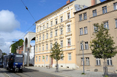 Wohnhäuser - historische Mietskasernen; im Hintergrund die moderne Architektur - Eingang Heiliges Grab in Görlitz.