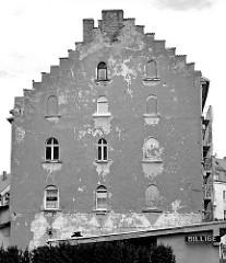 Hausfassade mit Fensterdurchbrüchen, teilweise zugemauert; Architekturbilder aus Zgorzelec.