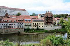 Historische und moderne Wohnbebauung am Ufer der Neiße in Görlitz.