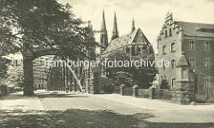 Historisches Bild von der Altstadtbrücke und der St. Peter und Paul Kirche in Gölitz; lks. das Gebäude der Dreiradenmühle.