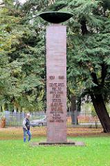 Denkmal für die im Ersten Weltkrieg gefallenen Soldaten der Görlitzer Garnison erbaut, jetzt Inschrift 939 1945 Inf.-/Fz.Gren.Rgt. 30 Görlitz-Lauban in der schles. 18.Inf./Fz.Gren.Div. Liegnitz – Glogau – Bunzlau – Freystadt – Sagan – Sprottau – Ehre