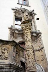 Figur Justitia auf der Säule vor dem Alten Rathaus von Görlitz - lks. die Verkündungskanzel.