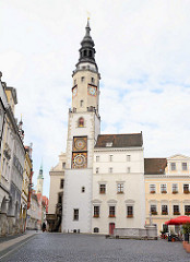 Blick über den Obermarkt von Görlitz zum Alten Rathaus mit Uhrenturm.
