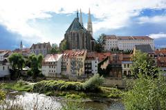 Blick über die Neiße nach Görlitz - Wohnhäuser am Ufer vom Grenzfluss zu Polen; Kirchenschiff der St. Peter und Paul Kirche.