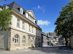 Bankgebäude und Fachwerkhäuser - Geschäftshäuser in der Schilderstraße von Goslar.