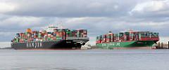 Der Containerfrachter Hanjin Asia fährt auf der Elbe bei Stade - daneben die festgefahrene, havarierte CSCL Indian Ocean.