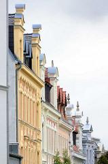 Gründerzeitfassaden - Wohnhäuser in Görlitz, unterschiedliche Fassadenfarbe.