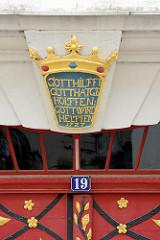 Religiöser Spruch über einer Eingangstür in Görlitz - Gott Hilffe, Gott hat geholffen: Gott wird Helffen 1727.